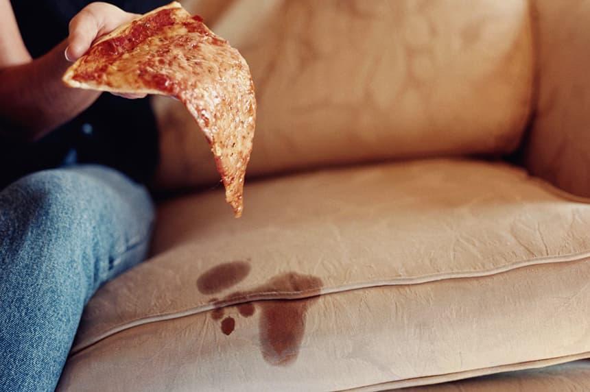 Как избавиться от жирных пятен на диване?